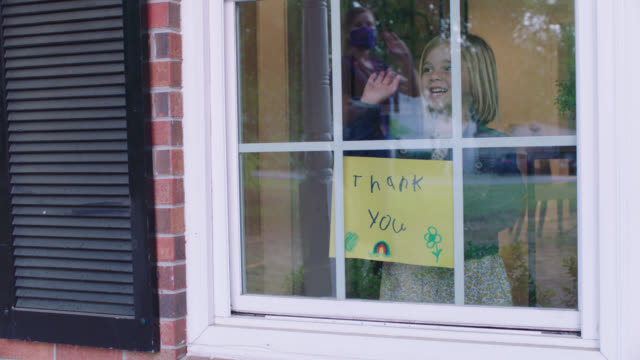 stockvideo's en b-roll-footage met little girl welcomes home nurse with homemade thank you sign. - north carolina amerikaanse staat