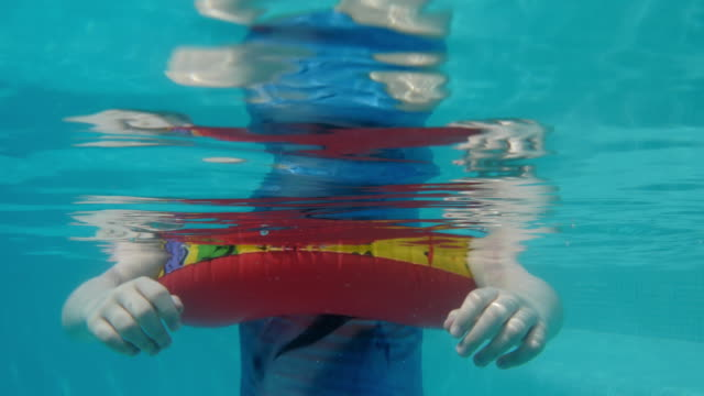 vidéos et rushes de little girl with mask on in swimming pool, underwater shot - seulement des enfants