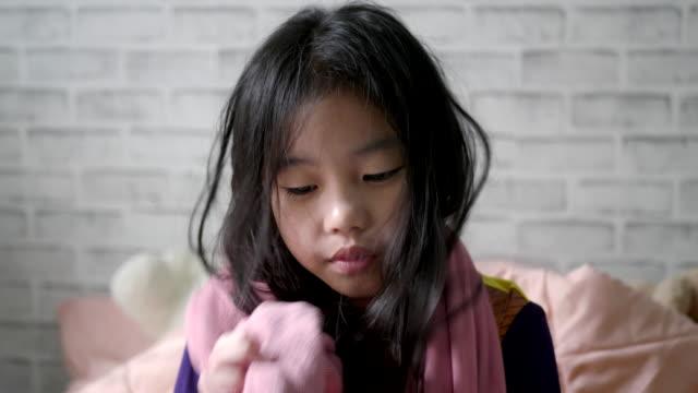 濡れた髪の小さな女の子がタオルで覆われていた。