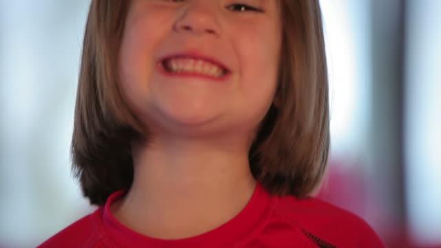 vidéos et rushes de petite fille et son dessin - nez humain