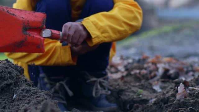 stockvideo's en b-roll-footage met de kleine meisjes graven de grond - digging