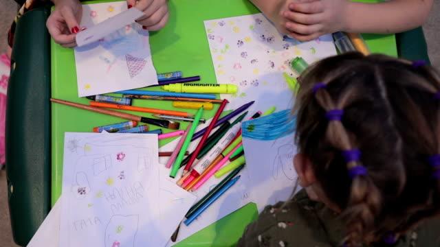 スケッチと幼児教室の描画の女の子 - 学校備品点の映像素材/bロール