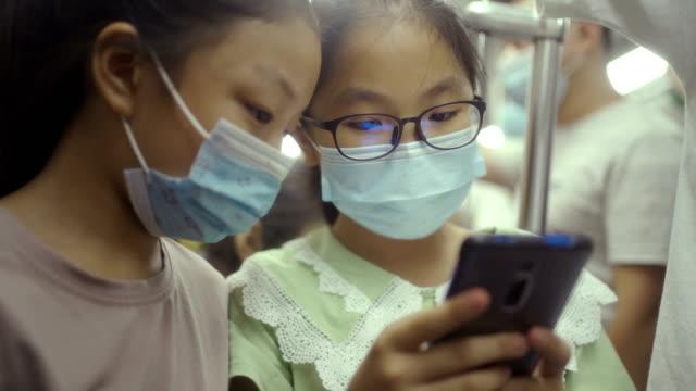 地下鉄でマッシュと小さな女の子 - china east asia点の映像素材/bロール