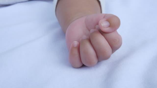 新生児の小さな手 - 赤ちゃんのみ点の映像素材/bロール