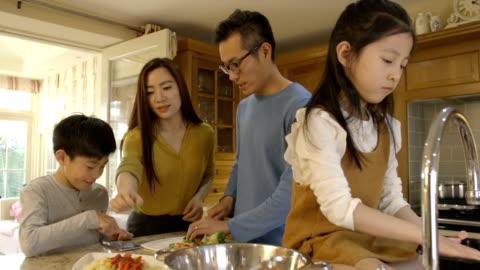 vídeos y material grabado en eventos de stock de little helpers en la cena de tiempo - cuatro personas
