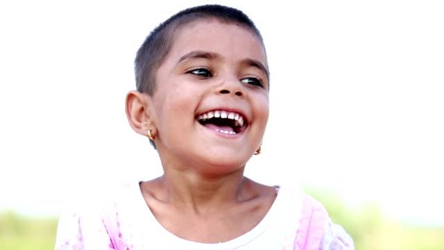 vidéos et rushes de little indian fille souriant - seulement des enfants