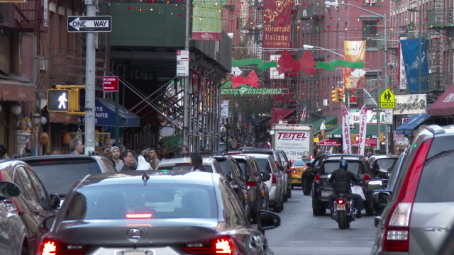 little italy, nyc - christmas decorations & holiday shoppers (mulberry street) - lower east side bildbanksvideor och videomaterial från bakom kulisserna