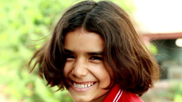 vídeos de stock, filmes e b-roll de criança sorridente retrato - povo indiano