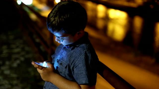 vidéos et rushes de petit enfant à l'aide de téléphone pendant la nuit - un seul objet