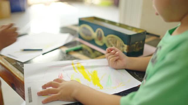 小さな子供たちが描いています。 - 鉛筆点の映像素材/bロール