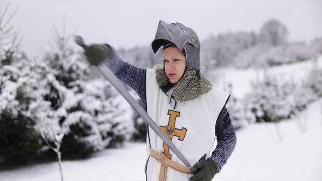 vídeos de stock, filmes e b-roll de pequenos cavaleiros lutando em um dia de inverno - posição de combate