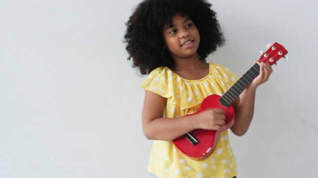 vidéos et rushes de concepts de petits musiciens - singer
