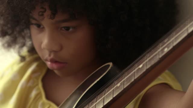 vídeos de stock, filmes e b-roll de pouco músico - ukulele