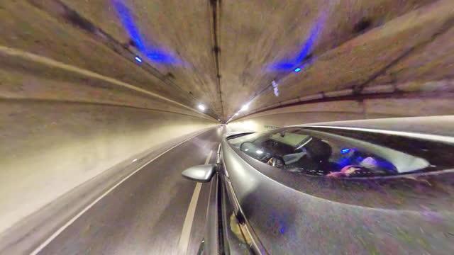 小さな惑星 - トンネルの中の車 - ジャスパー国立公園点の映像素材/bロール