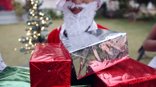 little santa is overloaded with gifts - weihnachtsmütze stock-videos und b-roll-filmmaterial