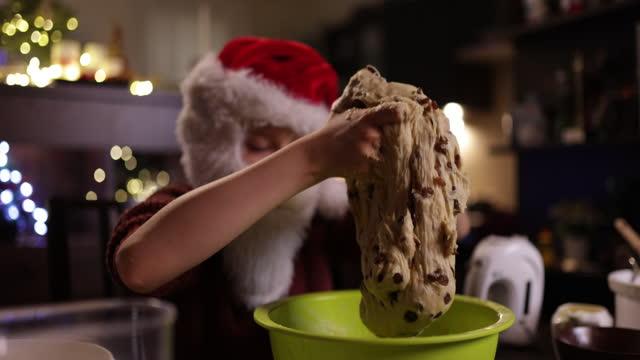 vídeos de stock e filmes b-roll de little santa making cake for christmas - exaustão