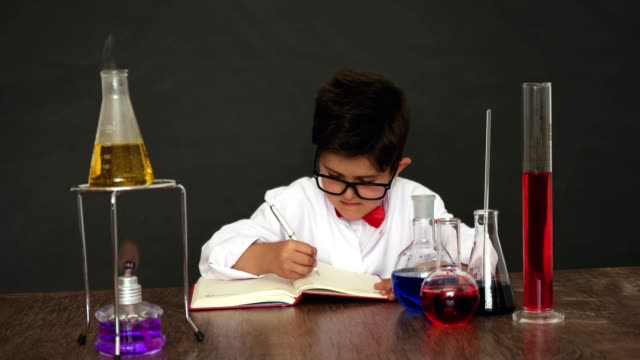 vídeos de stock, filmes e b-roll de little cientista - stem assunto