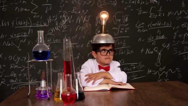 kleine wissenschaftler - wissenschaftliches experiment stock-videos und b-roll-filmmaterial