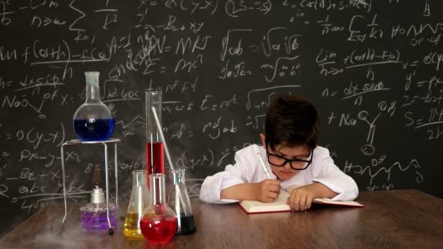 vidéos et rushes de peu scientifique - formule chimique