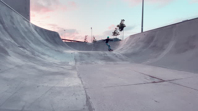 kleine skateboarder cruising und üben im skateboardpark - stunt stock-videos und b-roll-filmmaterial