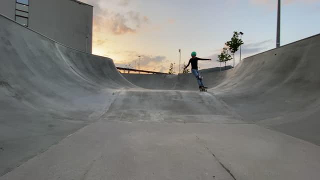 kleiner skateboarder fällt in die schüssel - stunt stock-videos und b-roll-filmmaterial