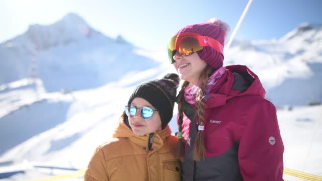 kleine skifahrer am gletscher in den alpen - sonnenbrille stock-videos und b-roll-filmmaterial