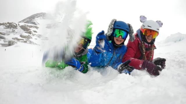 vidéos et rushes de petits skieurs jouant avec lent au glacier dans les alpes - ski