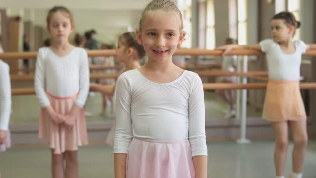 少し笑顔のバレリーナ - バレエ練習用バー点の映像素材/bロール