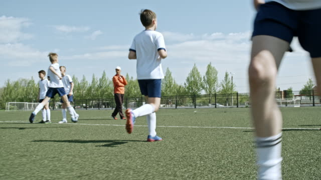 stockvideo's en b-roll-footage met little soccer professionals training dribbling and passing - doorgeven