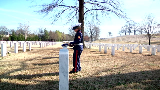 stockvideo's en b-roll-footage met little soldier laying flag on grave - militair uniform