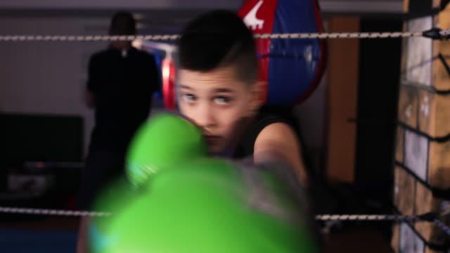 vídeos y material grabado en eventos de stock de pequeño adolescente en el entrenamiento de la caja - sports training