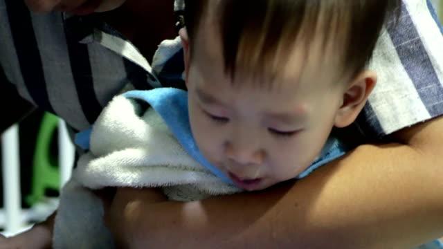 注射器を使った小さな幼児少年鼻灌漑 - 鼻腔点の映像素材/bロール