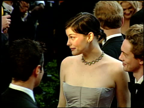 vídeos y material grabado en eventos de stock de liv tyler at the 1999 academy awards at the shrine auditorium in los angeles california on march 21 1999 - 71ª ceremonia de entrega de los óscars