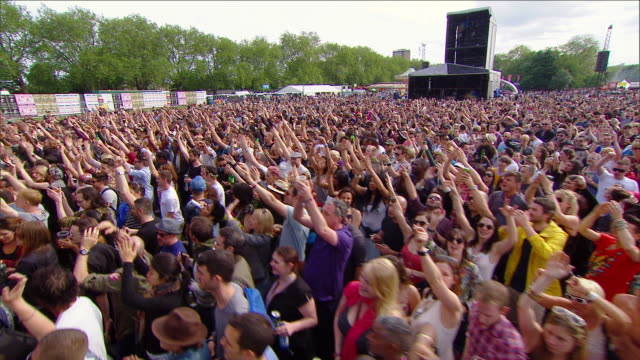 stockvideo's en b-roll-footage met m/s ext live concert crowd day festival - druk spanning