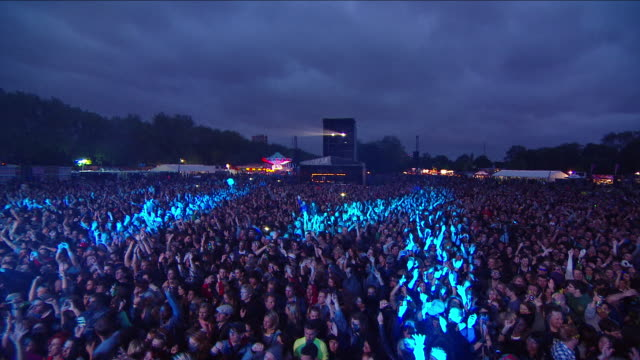 stockvideo's en b-roll-footage met m/s ext live concert crowd night festival - druk spanning