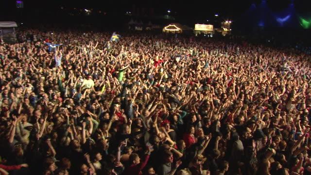 stockvideo's en b-roll-footage met m/s ext live concert crowd night festival - juichen