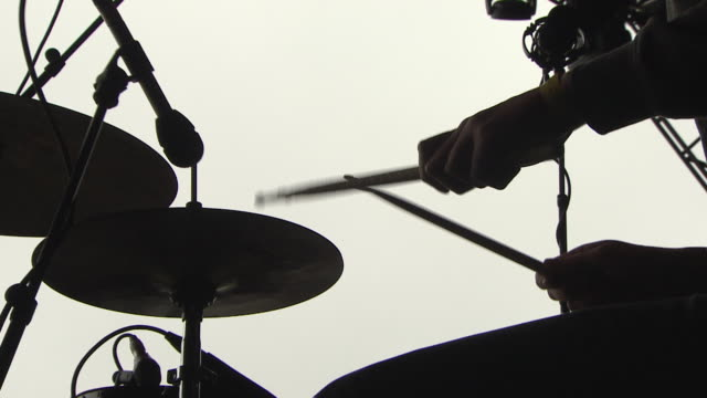 c/u ext live concert drummer on stage festival - regno unito video stock e b–roll