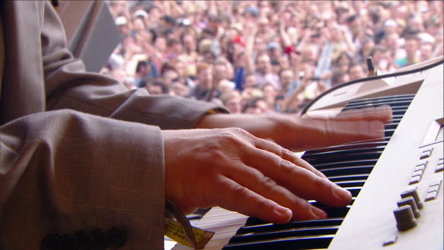 stockvideo's en b-roll-footage met c/u ext live concert keyboard player on stage festival - muzikant