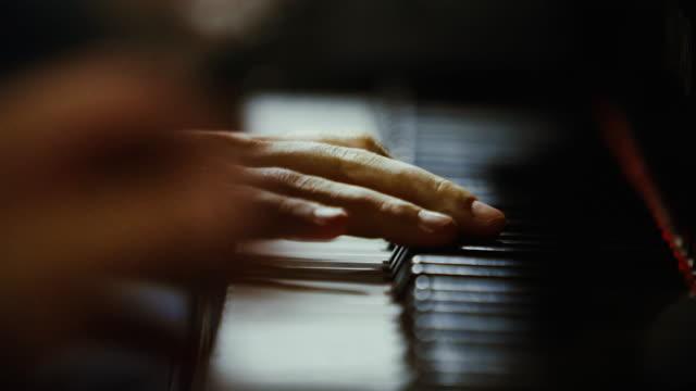 vídeos y material grabado en eventos de stock de concierto de jazz de eventos en vivo: primer plano de las manos tocando el piano - piano