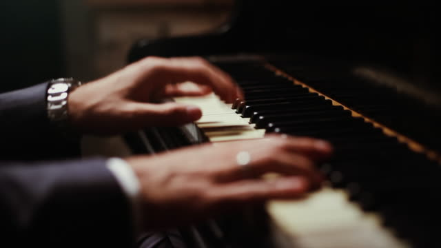 vídeos de stock e filmes b-roll de live event jazz concert: close up of hands playing the piano - pianista