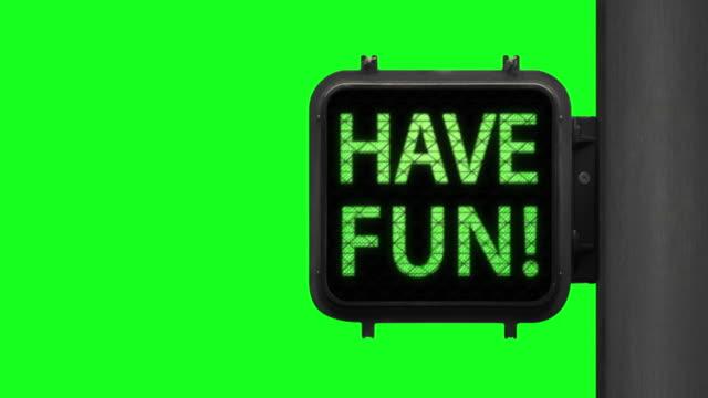 vídeos y material grabado en eventos de stock de vive la vida. have fun!—chroma key shot of green walk signal con una frase esperanzadora con pantalla verde en el fondo - luz verde semáforo