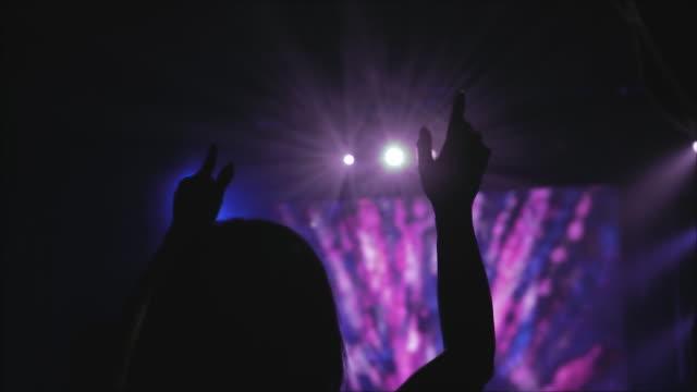 ライブミュージックコンサート - シルエット聴衆 - キリスト教点の映像素材/bロール