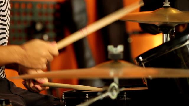vídeos de stock e filmes b-roll de drumset baterista a tocar música ao vivo no estádio - baterista