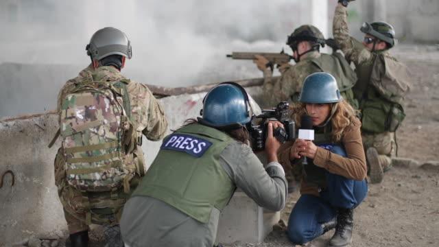 live-nachrichten aus dem kriegsgebiet - journalist stock-videos und b-roll-filmmaterial
