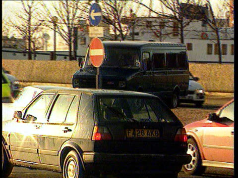 vidéos et rushes de liverpool: ext gv police escort blacked out prison van carrying moors murderer ian brady towards and past to bv prison van along as arriving at court... - blacked