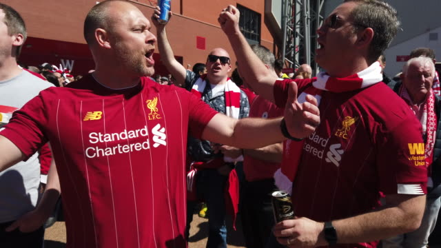 vídeos de stock e filmes b-roll de liverpool fans singing outside the ground before liverpool's final premier league match of the season against wolverhampton wanderers on may 12th... - liverpool inglaterra