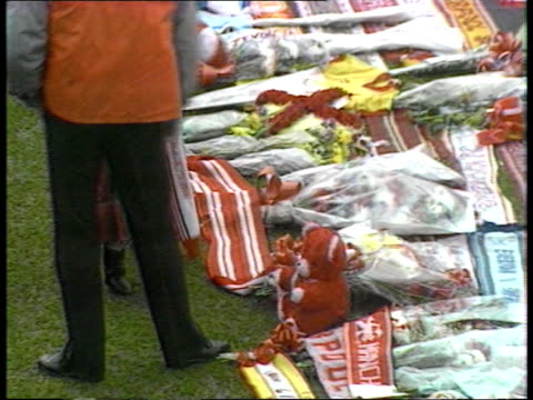 vídeos de stock e filmes b-roll de liverpool fans tribute **** for england seq wreaths laid on pitch as people pay liverpool respects to dead/ little girl placing anfield red teddy... - liverpool inglaterra