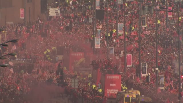 liverpool fc fans celebrate winning the 2018/19 champions league as the liverpool team travel on an open top bus with the trophy, on 2nd june 2019 in... - parade stock videos & royalty-free footage