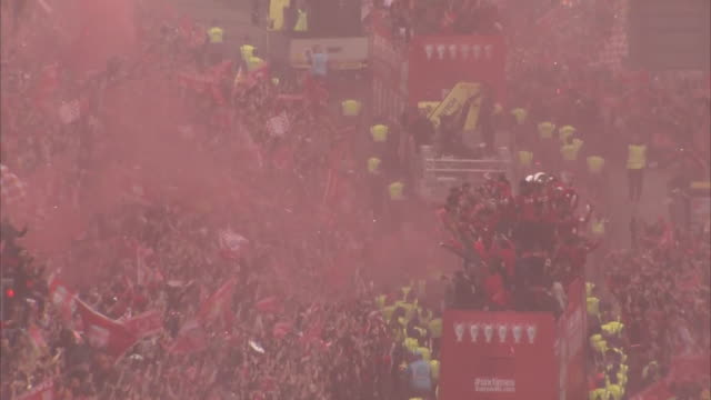 liverpool fc fans gather to celebrate 2018/19 champions league win as the liverpool team travel on an open top bus with the trophy on 2nd june 2019... - happiness stock videos & royalty-free footage