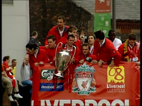 vídeos de stock e filmes b-roll de liverpool fc return after champions league victory airport arrival/ parade tgv crowds of fans gathered outside anfield stadium tgv trophyshaped... - liverpool inglaterra
